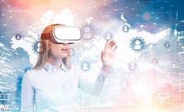 Blondine in VR-Gläsern, Netz, Karte Stockbilder