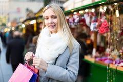 Blondine am Weihnachtsmarkt Stockbilder