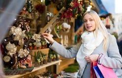 Blondine am Weihnachtsmarkt Lizenzfreies Stockbild
