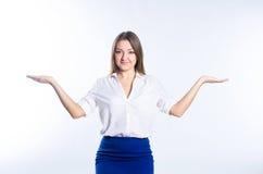 Blondine zeigt ihr Handskalen Stockfoto