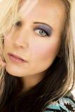 Blondinekopf im blauen und schwarzen Hemdhaar über Auge Stockfotos