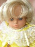 Blondinen behandla som ett barn royaltyfria bilder