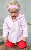 Blondinen behandla som ett barn flickabönen Royaltyfri Foto