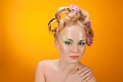 blondinen blommar flickahår henne ståenden Arkivfoto