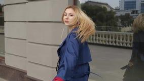 Blondinen framme av spegeln lager videofilmer