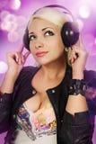 Blondinen lyssnar till musik Royaltyfria Bilder