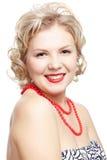 Blondinen storleksanpassar plus modellerar royaltyfri bild