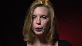 Blondinen suger i en röd gelé avmaskar, bitultrarapid arkivfilmer