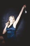 Blondinen-trinkender Sekt Lizenzfreie Stockfotografie