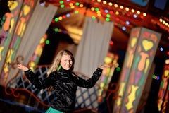 Blondinen- und Nachtlichter Stockbild
