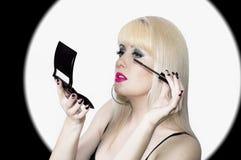 Blondinen utgör ögonfrans, ett smink och stil Arkivbild