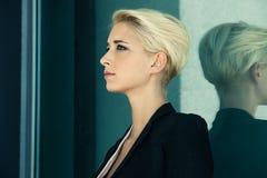 Blondinenprofil des kurzen Haares Stockfotografie