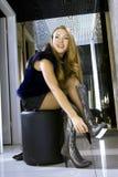 Blondinepaßsitze auf moderne Matten Stockfotografie