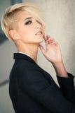 Blondinkvinna för kort hår Fotografering för Bildbyråer