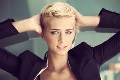 Blondinkvinna för kort hår Arkivfoto