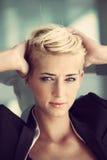 Blondinkvinna för kort hår Arkivfoton