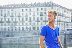 Blondish, синь наблюдала молодой человек рекой стоковая фотография