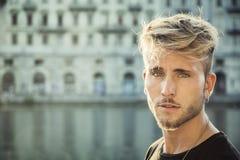 Blondish, синь наблюдала молодой человек рекой стоковое фото rf