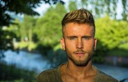 Blondish, синь наблюдала молодой человек рекой стоковая фотография rf