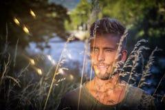 Blondish, синь наблюдала молодой человек рекой стоковые изображения rf