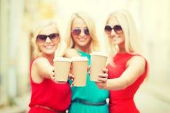 Blonds che tiene le tazze di caffè asportabili nella città Immagine Stock Libera da Diritti
