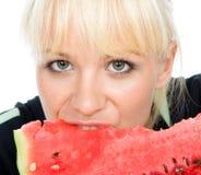 Blondy chwyta water-melon zdjęcia royalty free