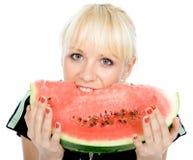 Blondy hållwater-melon arkivbilder