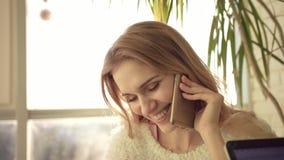 Blondy kvinna som talar på telefonen Stående av den funktionsdugliga kvinnan som talar på mobil stock video