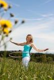blondynów ćwiczeń obręcza hula dojrzała kobieta Fotografia Stock