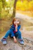 Blondynów dzieciaka dziewczyna zadumana zanudzający w plenerowym lesie Zdjęcie Royalty Free