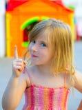 Blondynów dzieciaka dziewczyny śmieszny gest w boisku Obraz Royalty Free