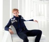 blondynów fi futurystyczny męski nowożytny sci obsiadanie Zdjęcie Stock