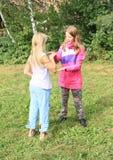 Blondynów i brunetki dziewczyn bawić się Obrazy Royalty Free