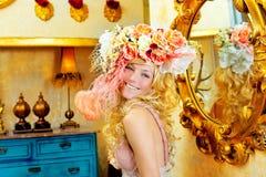 Blondynów mody kobieta z wiosna kwitnie kapelusz Fotografia Royalty Free