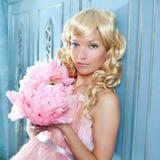 Blondynów mody princess i wintage kwiatów suknia Zdjęcia Stock