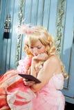 Blondynów mody princess kobiety czytelnicza ebook pastylka Zdjęcia Stock