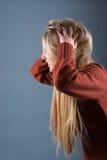 blondynów wściekle dziewczyny włosy czochrający jej narysy zdjęcia stock