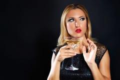 Blondyn mody kobieta pije vermout filiżankę zdjęcia stock