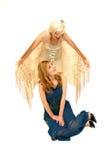 blondyn z niebieskimi włosami kontra czerwony obraz royalty free