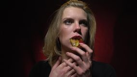 Blondynek estokady galaretowacieją dżdżownicy w jej usta i jej mdłość zbiory