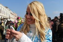 Blondynek kobiety w luksusowym kostiumu przy Wenecja, Włochy 2015 Fotografia Royalty Free