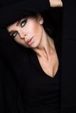 Blondynek piękno kobieta o zielonych oczach w czarnym pulowerze i voluptuous czerwonym usta portrecie Fotografia Royalty Free