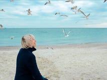 Blondynek seagulls w chmurnym jesień dniu i kobieta Fotografia Royalty Free