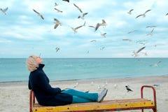 Blondynek seagulls w chmurnym jesień dniu i kobieta Zdjęcie Stock