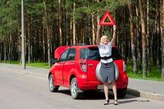 blondynka łamający samochód Fotografia Royalty Free