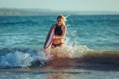 blondynka żeński surfingowiec z surfboard obraz royalty free