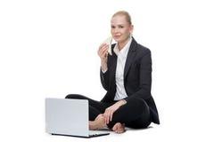 Blondynka bizneswoman sadzający na podłoga Zdjęcia Royalty Free
