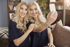 Blondynka bliźniacy w domu obraz stock