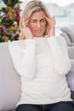 Blondynka dostaje migrenę na święto bożęgo narodzenia Zdjęcia Stock