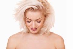 Blondynka kobieta patrzejący puszek Zdjęcia Royalty Free